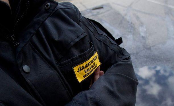 Poliisi on perunut järjestysmieslupia, jos henkilöllä on havaittu yhteyksiä rikollisjengeihin. Kuvituskuva.