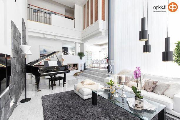 Hämeenlinnassa sijaitsevan 306 neliön kodin olohuoneen ja keittiön lattiat ovat marmoria. Kodissa on yhteensä kuusi huonetta. 2009 rakennetusta omakotitalosta pyydetään lähes 1,5 miljoonaa.