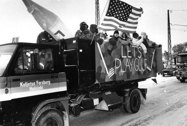 """""""Let's play gulf"""", todettiin kuorma-auton kyljessä penkkareissa 1991. Samaan aikaan Yhdysvallat kävi Persianlahden sotaa."""