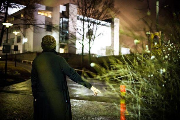 Virpi näyttää Oopperatalon takapihan pensaikkoa, mihin raiskaaja hänet raahasi.
