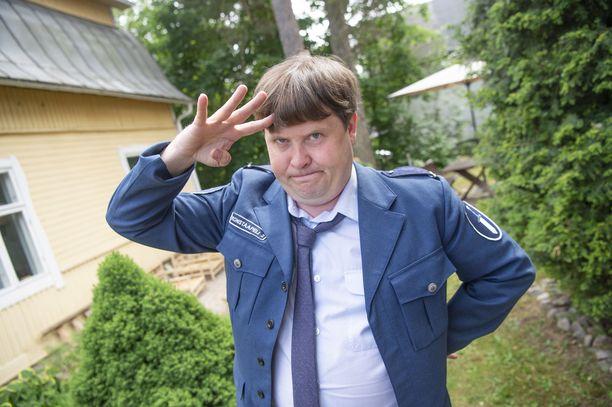 Janne Katajan Isonapa-hahmon habitusta on verrattu somessa kiinteistövälittäjä Jethro Rostedtiin. Videolla Kataja kommentoi yhdennäköisyyttä.