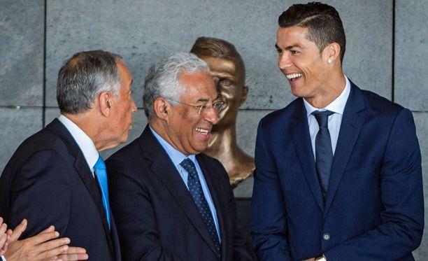 Presidentti Marcelo Rebelo de Sousa ja pääministeri Antonio Costa tapasivat Cristiano Ronaldon patsaan julkistamistilaisuudessa.