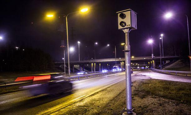 Autoliitto ei innostu poliisin liikenneturvallisuuskeskuksen ehdottamasta ylinopeussakkorajan pienentämisestä.