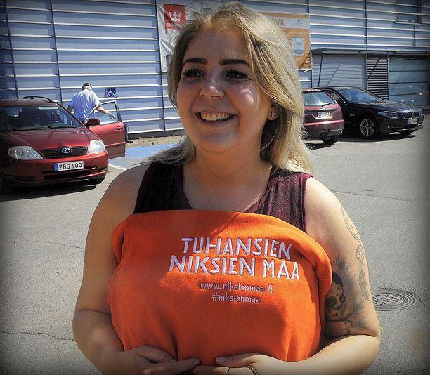Johanna Paaso toimii Niksinäyttelybussin promoottorina.