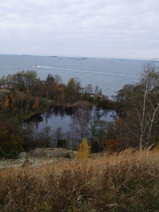 Vallisaari on Suomenlinnaa korkeampi ja maasto vaihtelevampaa. Saaressa on myös toinen, pienempi lampi.