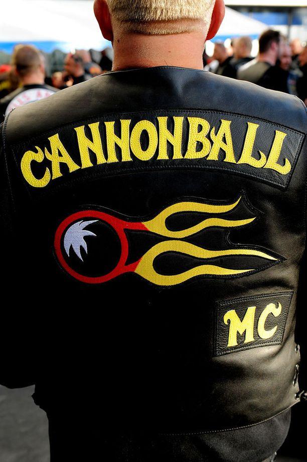 Cannonball MC:n vuonna 2012 menehtyneen presidentin Jari Uotilan muistokulkueeseen osallistui samana vuonna satoja moottoripyöräjengiläisiä eri puolilta Suomea.