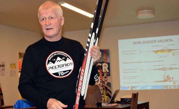 Peltosen tallipäällikkö Asko Lahdelma esitteli karvapohjasuksia loppusyksystä suomalaismerkin tehtaalla Heinolassa.