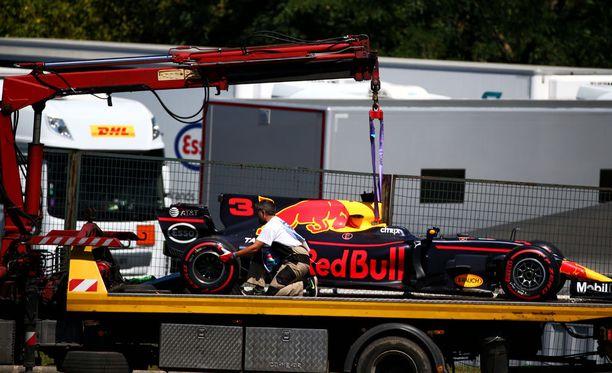 Daniel Ricciardon auto jäi radanvarteen.