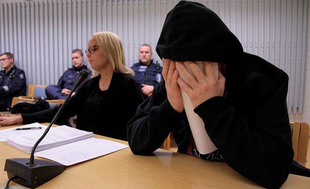 Elinakautiseen vankeusrangaistukseen tuomittu Jari Ensio Koistinen peitti kasvonsa joulukuussa 2017 käydyssä käräjäoikeuden istunnossa.