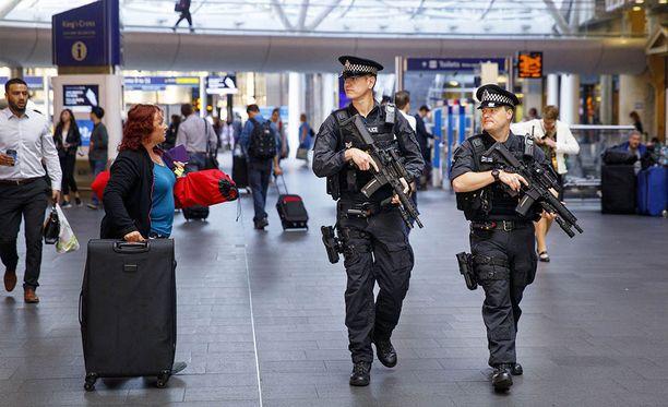Turvatoimia ympäri Britanniaa on kiristetty äärimmilleen. Aseistetut poliisit partioivat Lontoon King's Crossin rautatieasemalla.