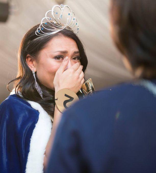 Miss Suomen titteli sai Shirly Karvisen kyynelehtimään onnesta.