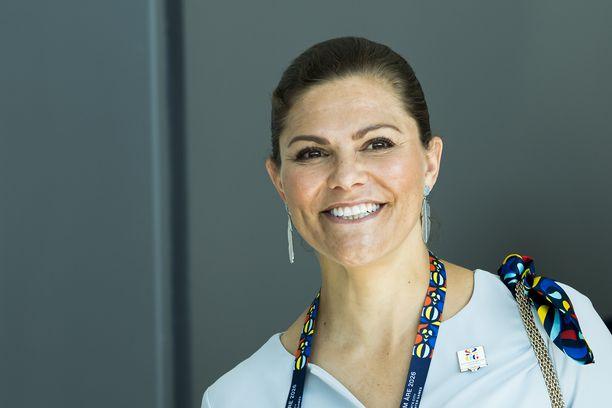 Näin iloisesti prinsessa Victoria hymyili kesäkuun lopussa tapahtumassa, jossa valittiin edustajia vuoden 2026 talviolympialaisiin.