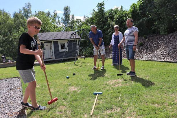 Kesällä koko perhe viettää aikaa pihalla. Pelaamisesta ja grillaamisesta pitää koko perhe. Kuvassa ovat Jooa Koskinen, Risto ja Jaana Mäkilä sekä Juha Koskinen.