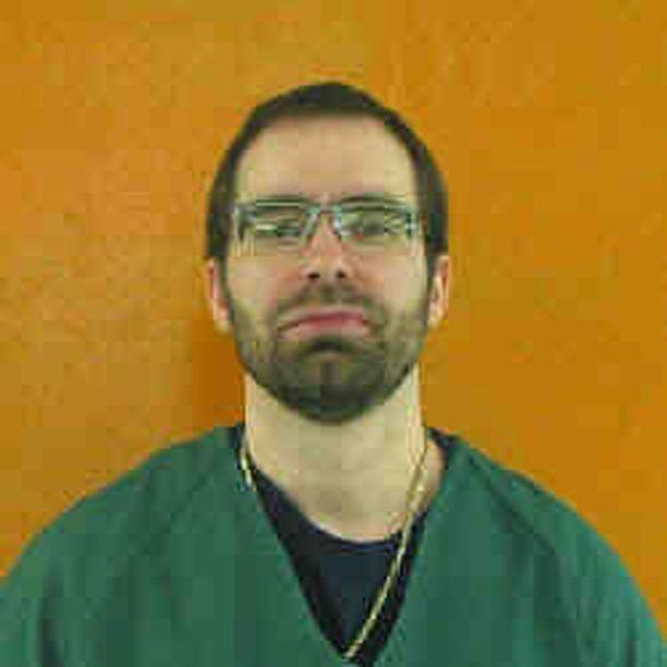 Greg Reinke sai rauhassa puukottaa neljää pöytään kahlittua vankia, kun vartijat seurasivat tapahtumia vierestä.