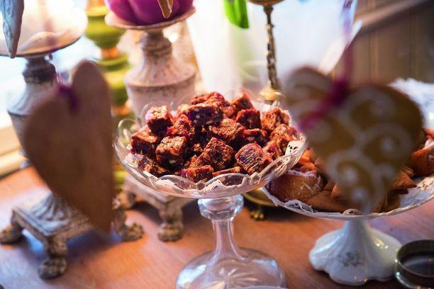 Olgan pähkinä-hedelmäkakussa on taateleita, viikunoita, luumuja, manteleita, pähkinöitä ja hunajaa.