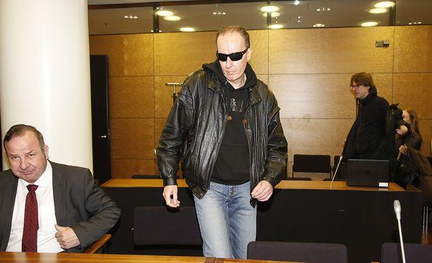 Hovioikeus määräsi Michael Penttilän (kesk.) vangittavaksi. Penttilä oli jo ennestään tutkintavankeudessa nykyisestä henkirikosepäilystään.