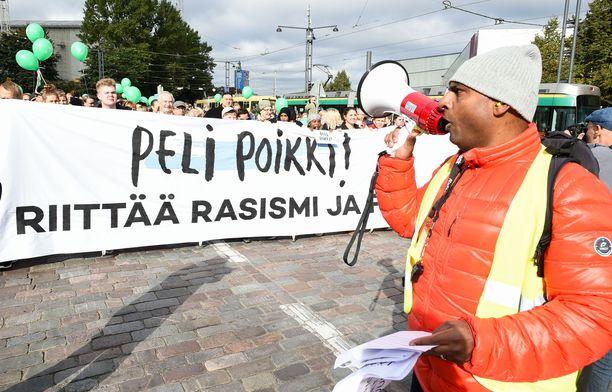 Helsingissä järjestetyssä Peli poikki -mielenosoituksessa vastustettiin rasismia syyskuussa 2016.