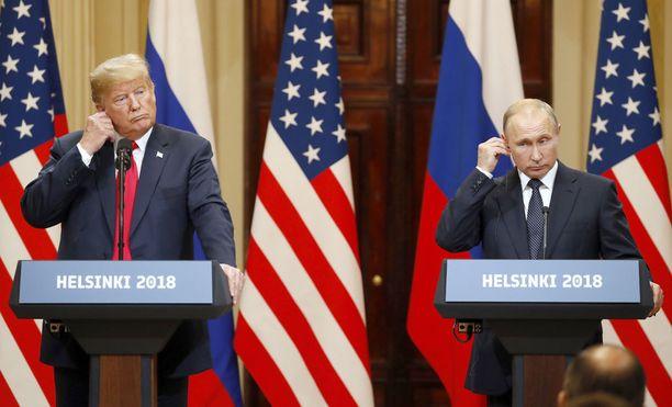 Donald Trump (vas.) ja Vladimir Putin tapasivat Helsingissä.