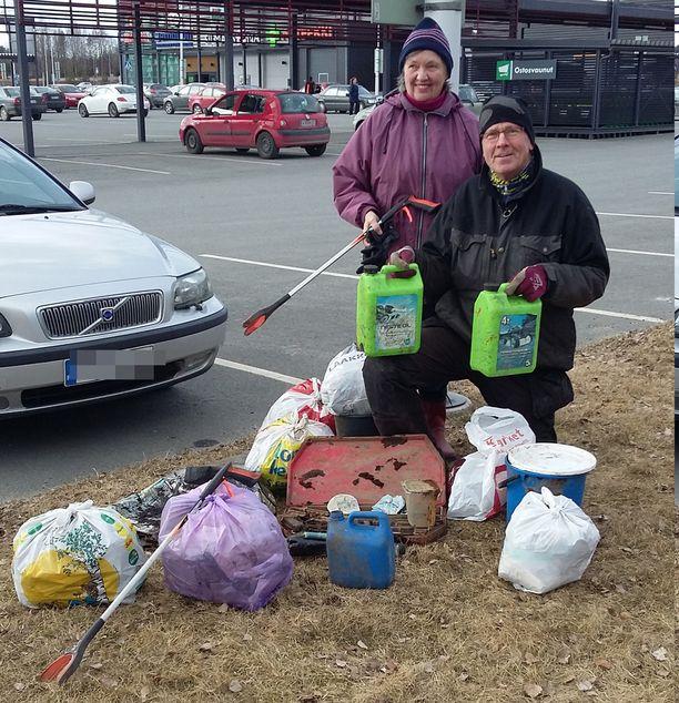 Roskasakki ja aviopari Kaija ja Ilkka Erkkilä ovat keränneet vuodesta 2011 roskia ja tumppeja kaupungeista yhteensä 500 työpäivän verran.