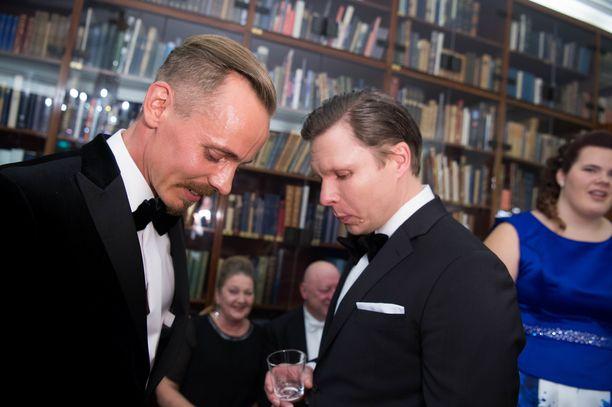 Näyttelijät Jasper Pääkkönen ja Eero Milonoff keskustelivat Linnassa tiiviisti keskenään.