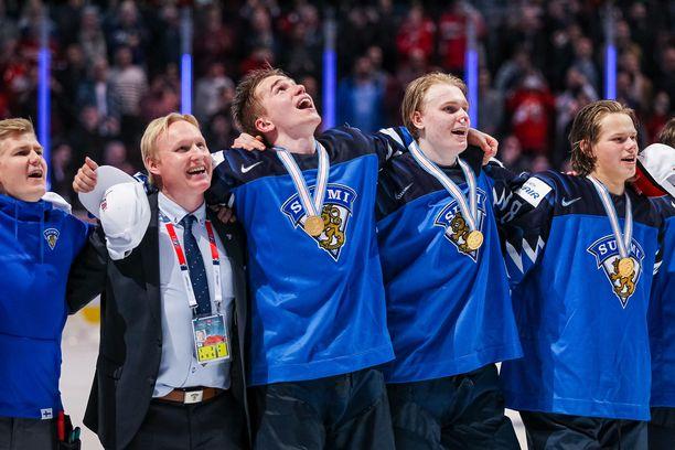Nuoret Leijonat päätti MM-turnauksen kultamitalit kaulassa laulettuun Maamme-lauluun. Tilanteeseen olisivat sopineet myös otsikossa mainitut Apulannan biisin sanat.