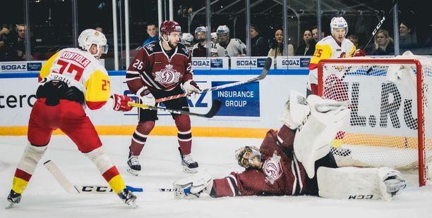 Petri Kontiola nostaa maalin edestä Jokerien toisen osuman, vaikka Dinamon Alexander Salak venyttää näyttävästi jalkaansa.