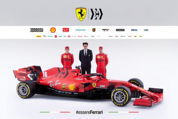 Charles Leclerc (vasemmalla), Mattia Binotto ja Sebastian Vettel poseerasivat uuden Ferrarin kanssa.