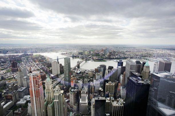 Kun ilma on kirkas, voi pilvenpiirtäjästä nähdä jopa 80 kilometrin päähän. Edessä Financial District, keskellä näkyy Brooklynin silta ja kauimpana siintää Brooklyn.