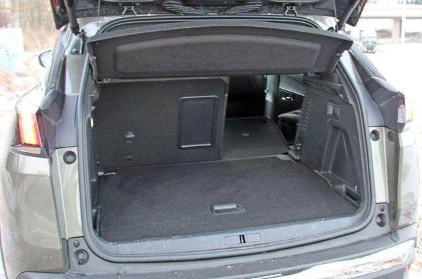 Tavaratila on iso ja GT-varustelussa luukku aukeaa jalan pyyhkäisyllä.