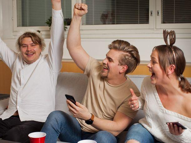 PlayStation 4 on etkojen, juhlien ja jatkojen ykkösviihdelaite. Pikkujouluja viettävät Miikka, Jyri ja Iina riemastuivat PS4:n PlayLink-brändin peleistä.