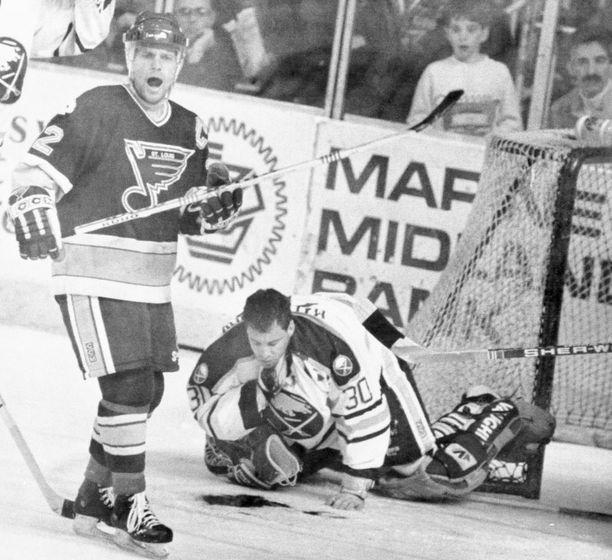 Ensimmäisen kerran Clint Malarchuk oli kuolla maaliskuussa 1989, kun St. Louis Bluesin Steve Tuttlen luistin viilsi Buffalo Sabresin maalilla pelanneen Malarchukin kaulavaltimon auki. Bluesin Tom Tilley huusi heti ensiapuhenkilökuntaa paikalle nähtyään veren suihkuavan Malarchukin kurkusta.