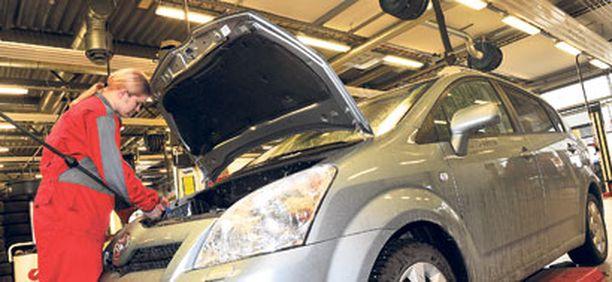 Testiautoksi valitsimme Suomen yleisimmän automerkin Toyotan ja Toyotalta Verso-tila-auton.