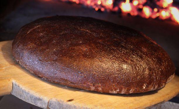 Sähkökatkos innosti kokeilemaan ruoanlaittoa takassa ja leivinuunissa.