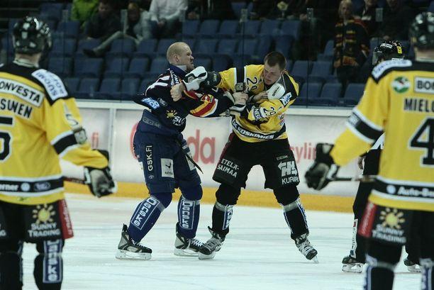 Jonne Virtanen nousi julkisuuteen tappelemalla NHL:ssäkin nyrkkeilleen Sami Heleniuksen kanssa marraskuussa 2008.