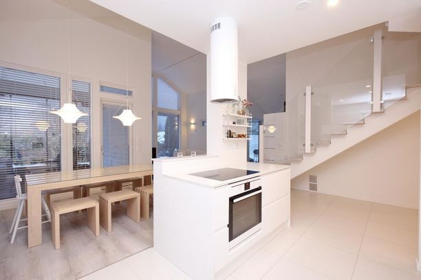 2000-luvun keittiöissä on myös saarekkeita ja yläkertaan johtavissa portaikoissa lasikaiteita.