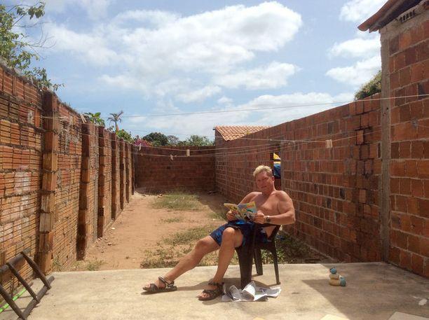 Vesa Keskinen nauttii siestasta Brasilian auringon alla rakkaassa muovituolissaan.