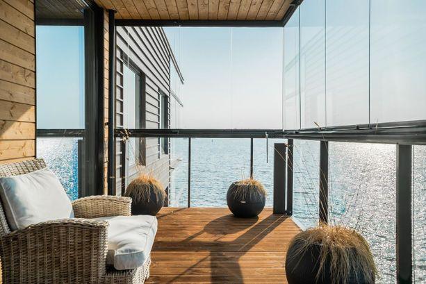 Helsingin Lauttasaaressa sijaitsevan kerrostalokodin parveke on suoraan merelle. Asunto sijaitsee kirjaimellisesti meren päällä!