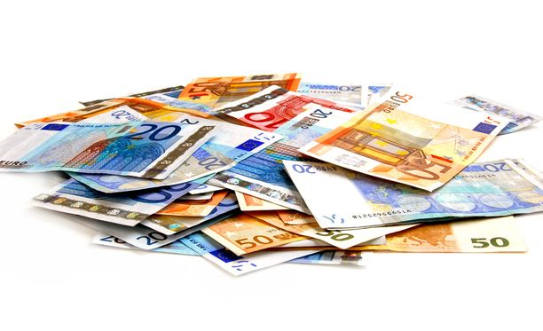 Aitoja euroseteleitä on käytössä Euroopassa yli 17 miljardia. Väärennöksiä löydettiin alkuvuonna 454 000 kappaletta.