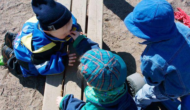 Lapset ammentavat television vaikutteita leikkeihinsä.