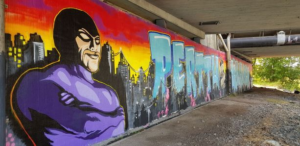 Toimittaja ja muusikko Perttu Häkkinen on saanut komean muistograffitin Laajasalon sillan alle.