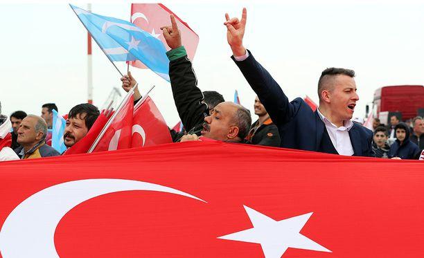 Erdoğanin kannattajat ovat mielipidetiedustelujen mukaan niukassa johdossa.