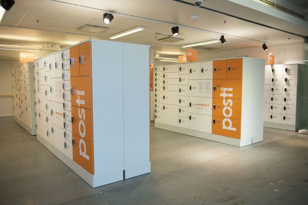 Verkkokauppatilaukset ovat ruuhkauttaneet Postin pakettiautomaatteja. Arkistokuva Helsingin Postitalon automaatista.