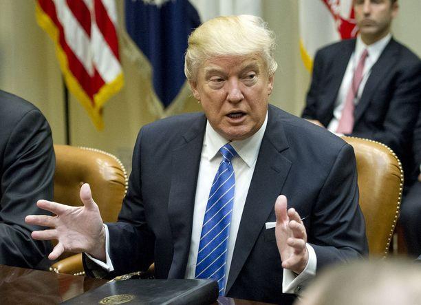 Trump aikoo keskustella Putinin kanssa puhelimitse lauantaina.