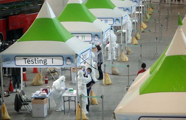 Etelä-Koreassa tehdään väkilukuun suhteutettuna valtava määrä testejä ja se näyttäisi toimivan tartuntojen leviämisen estämisessä.