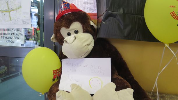 """""""Kiitos kun viette lapsille leluja! T: Ronja"""", lukee yhden pehmolelun mukana tulleessa viestissä."""