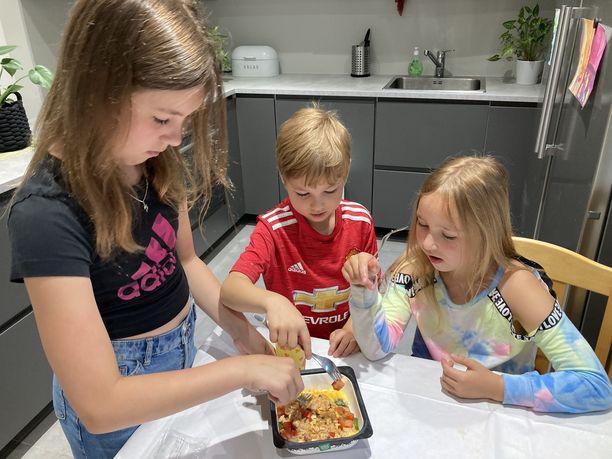 Meea, Jooa ja Neena maistelevat Hetki Texmex-kanaa.