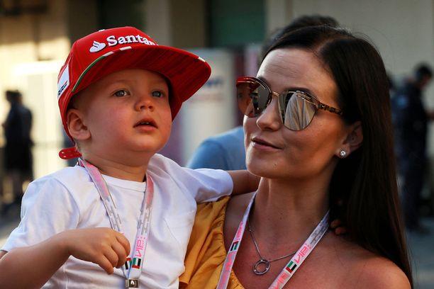 Minttu Räikkönen on tuttu näky formulavarikolla. Marraskuussa Abu Dhabissa myös Robin-poika pääsi kannustamaan isäänsä.