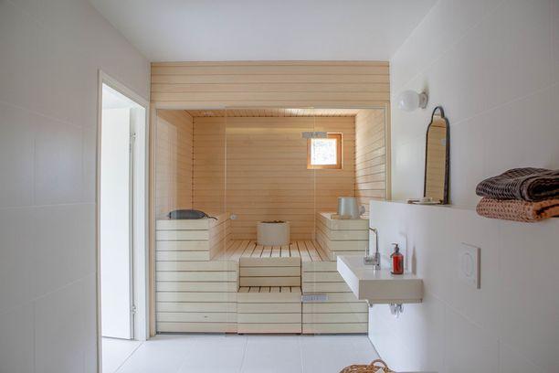 Trendikodeissa näkee nyt saunoja, joissa on ylellistä tunnelmaa henkivä lasiseinä. Pelkistetyssä kylpyhuoneessa sauna on katseenvangitsija.