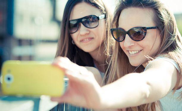 Selfiet ovat kuin alkoholi: harkitussa käytössä hauskaa, mutta liiallisena ongelma.