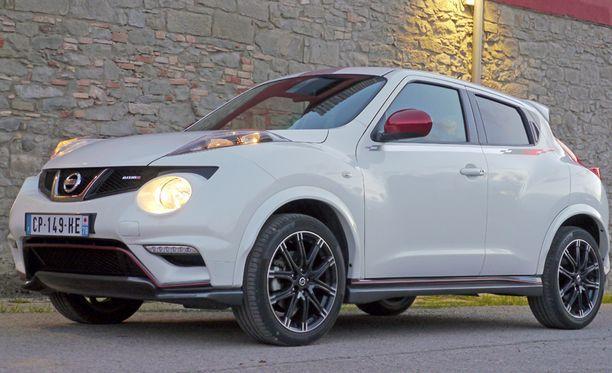 Suomen markkinoille tulee vain musta ja kuvan helmiäsvalkoinen väri. Muualla auton saa myös hopeanvärisenä.